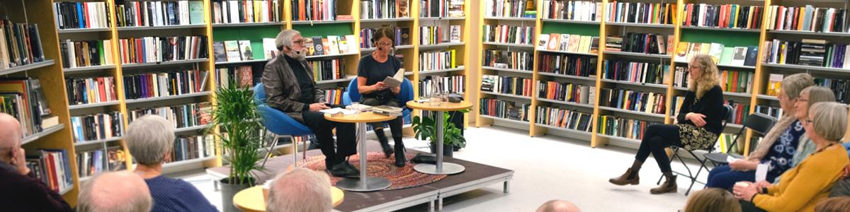 Forfattarmøte under arrangementet «Mauren i mold» på biblioteket.  Forfattar Kjersti Kollbotn i samtale med Ove Eide. Foto: Marie Haugen